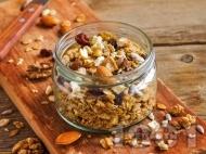 Рецепта Гранола за закуска с овесени ядки и кокосови стърготини